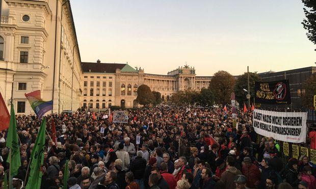 """Demo Wien Photo: Demo In Wien: """"Basti Ciao, Kickl Ciao, HC Ciao, Ciao, Ciao"""