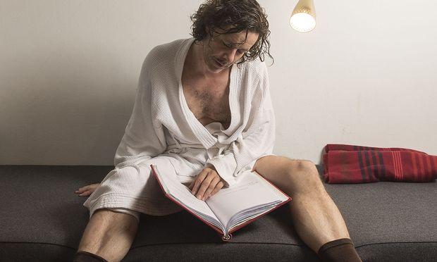 Markus Meyer hält vor einer Vorstellung gern ein Nickerchen - und nutzt die Pause zum Entspannen und Wiederholen des Textes. / Bild: (c) die Presse (Carolina Frank)