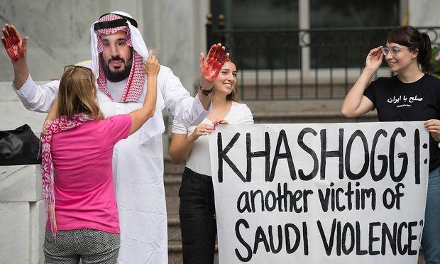 Demonstranten kritisieren das saudische Regime.