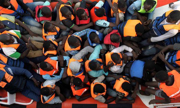 Seenotrettung von Bootsfl�chtlingen vor der libyschen K�ste Zivile Seenotrettung von Bootsfl�chtling