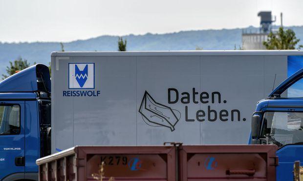 Ein Lkw der Firma Reißwolf.