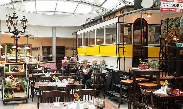 Urige sächsische Küche gibt's im Restaurant Dresden  1900, etwa Sauerbradn mit Blaugraud un Kleeßen – die Kellnerinnen sprechen aber auch Hochdeutsch.