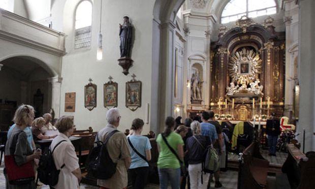 Habsburg: Menschenschlangen vor der Kapuzinerkirche