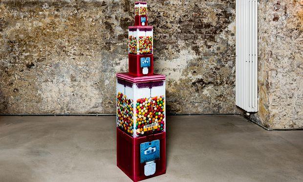 Der Heizkörper ist echt, die Kaugummiautomaten in dreifacher Ausführung sind Fotoskulpturen