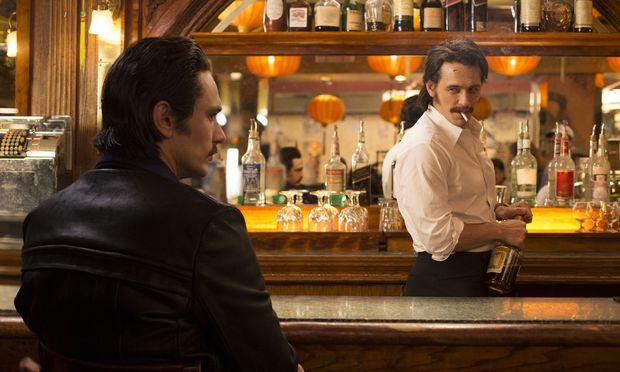 James Franco als Barmann.