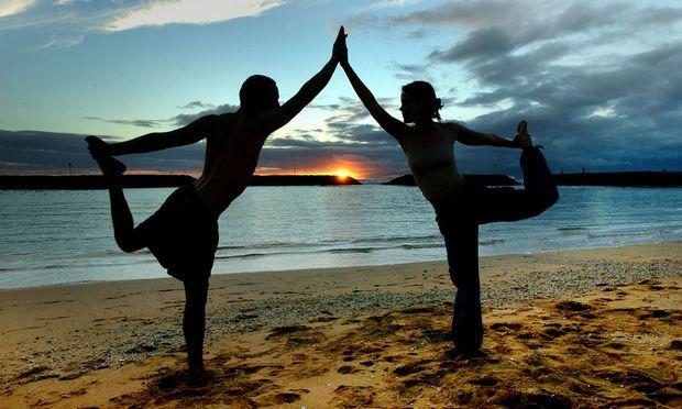 Unter dem Deckmantel von spirituellem Yoga manipuliert so mancher Guru seine Anhänger.