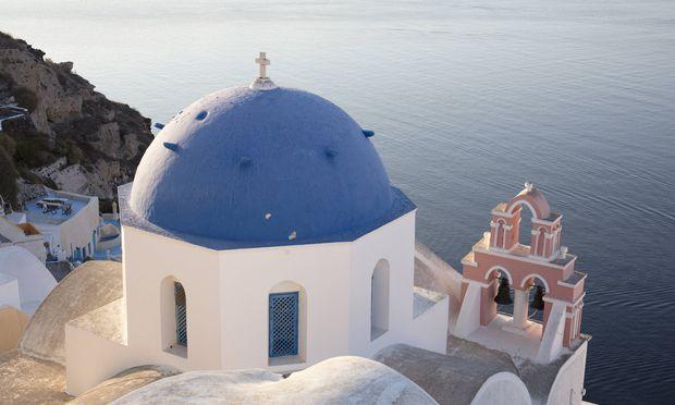 Blue domed church in Santorini Cyclades Greek Islands Greece Europe PUBLICATIONxINxGERxSUIxAUTxO / Bild: (c) imago/robertharding