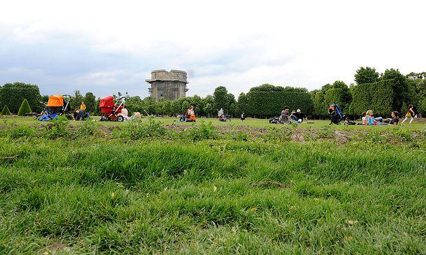 Im Augarten wird das Liegeverbot auf bestimmten Rasenflächen von Sicherheitskräften nun stärker überwacht.