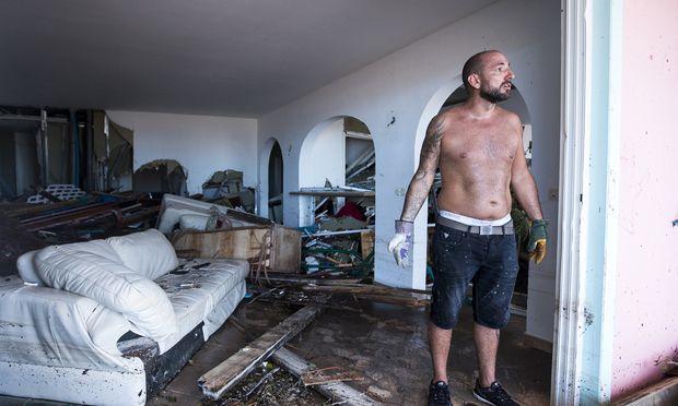 Im Auge des Monstersturms Irma: Ein Mann steht in seinem völlig zerstörten Wohnzimmer.