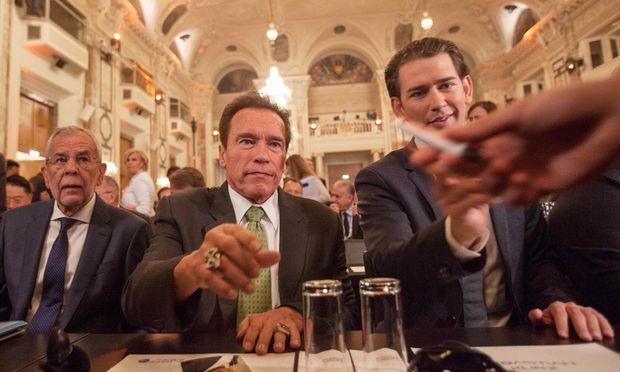 AUSTRIA-Arnold Schwarzenegger gestern in Wien – flankiert vom österreichischen Bundespräsidenten und dem Bundeskanzler.-ENVIRONMENT-CLIMATE