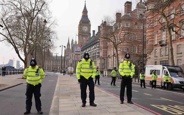 Londoner Polizisten bei einer Gedenkminute für die Opfer, darunter ein getöteter Kollege.