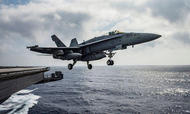 Archivbild einer F/A-18E Super Hornet der US-Navy auf der USS Dwight D. Eisenhower im Mittelmeer.