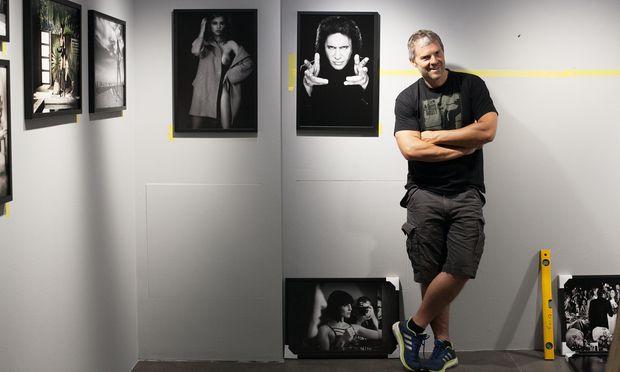 Manfred Baumann beim Aufbau seiner Ausstellung in der Leica-Galerie in Wien.
