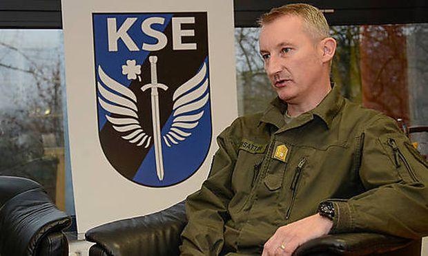 Brigadier Christian Habersatter vor dem Emblem des Kommandos Schnelle Einsätze in Mautern (NÖ)