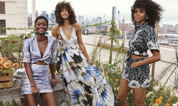 Für die Conscious Exclusive Kollektion wurden drei laut H&M drei neue Materialien aus nachhaltiger Produktion eingeführt: Zitrusschalen, Ananasblätter und Algenbiomasse.