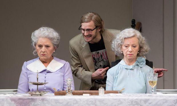 Neffe Mortimer (Martin Niedermair) entdeckt ein furchtbares Geheimnis: Die so nett wirkenden Tanten Abby (l.: Marianne Nentwich) und Martha (Elfriede Schüsseleder) sind passionierte Giftmörderinnen.