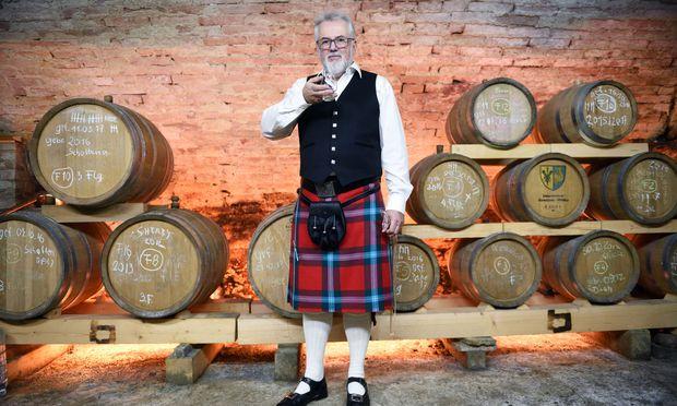 Franz Brenner produziert gemeinsam mit seiner Frau Ingrid Brenner und Kollegin Ute Majan Single Malt Whisky in Langenrohr in der Nähe von Tulln.