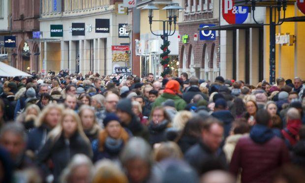 DEU Deutschland Nordrhein Westfalen Muenster 15 12 2018 Einkaufen in der Vorweihnachtszeit Am