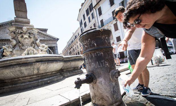 Rome Fountain closure of Nasoni Tourists at the Nasone fountain In the face of drought the possib