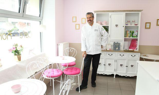 Siegfried Kröpfl in der veganen Bäckerei seiner Tochter in Wien Leopoldstadt. Auf der Karte stehen vegane Süßspeisen.