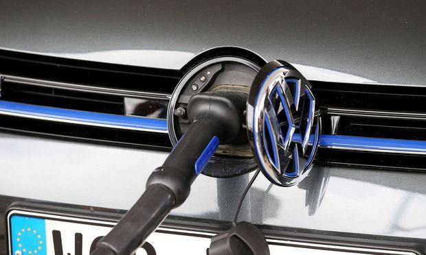 Volkswagenwerk Zwickau An einer Elektrotankstelle steht am 21 05 2015 ein VW Golf Hybrid auf dem Ge