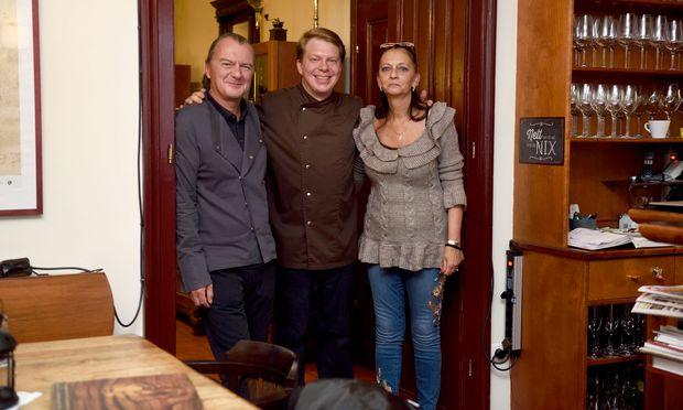 Franz Buchecker, Sohn Christopher und Wirtin Karin Fischer sorgen seit Anfang März dafür, dass im Gußhaus die Altwiener Küche wiederbelebt wird. Ein besonderer Schwerpunkt gilt Innereien: Hier bekommt man noch gebackenes Hirn, geröstete Nierdln oder Wurzelzunge.