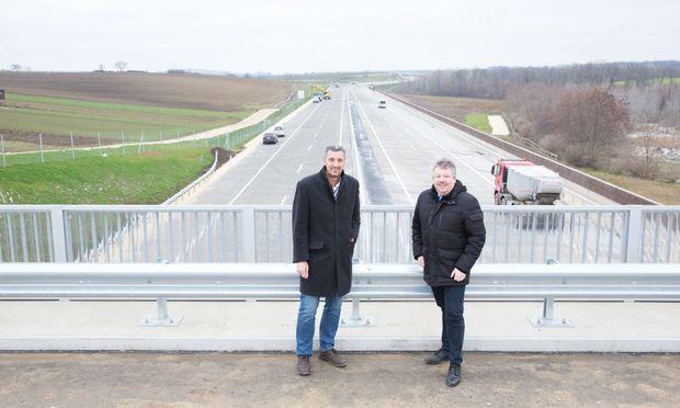 Noch ist es hier ruhig: Karl Klaus, der Leiter der Bauaufsicht, und Thomas Grießl, Bürgermeister von Poysdorf, kurz vor der Eröffnung der neuen Autobahn.