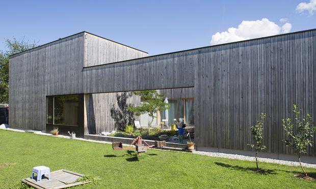 Außen Fichte, innen Weißtanne: L-förmiges Einfamilienhaus mit Atriumterrasse in Dornbirn in Vorarlberg.