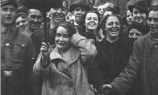 """Mörderische Hetz: Wienerinnen und Wiener amüsieren sich um März 1938 über die Erniedrigung jüdischer Bürger bei einer """"Reibpartie""""."""