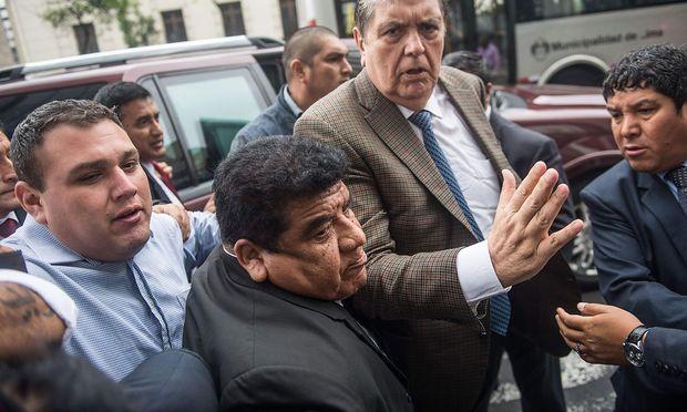 Alan Garcia (2.v.li., hier auf einem Archivbild) darf Peru nicht verlassen - jetzt wurde er festgenommen.