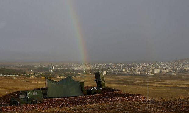 Im Vordergrund ein türkischer  Militärposten, im Intergrund die Stadt Stadt Kobane
