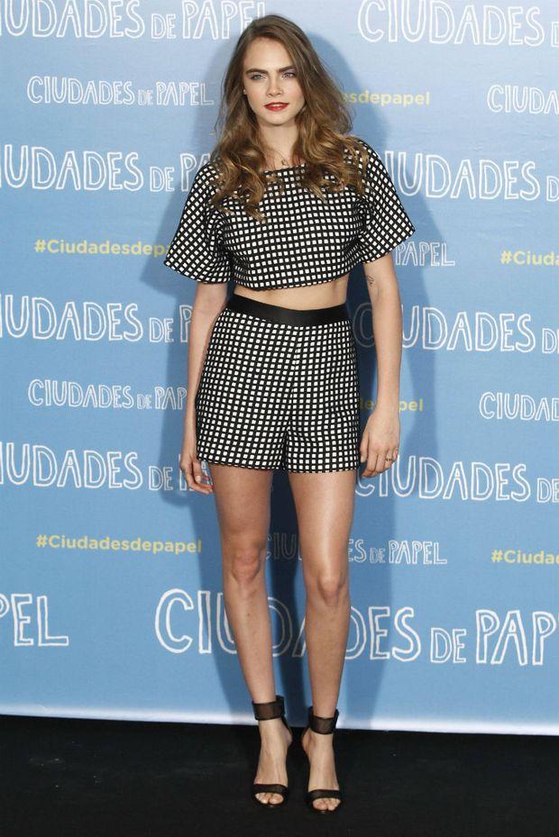 Model Cara Delevigne zeigt, dass man Croptop und Shorts auch bei einer  Filmpremiere tragen kann. f1320b42e2