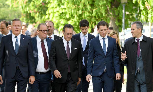 BM Mario Kunasek (FPÖ), Sts. Hubert Fuchs (FPÖ), VK Heinz Christian Strache, BK Sebastian Kurz und BM Hartwig Löger (ÖVP)