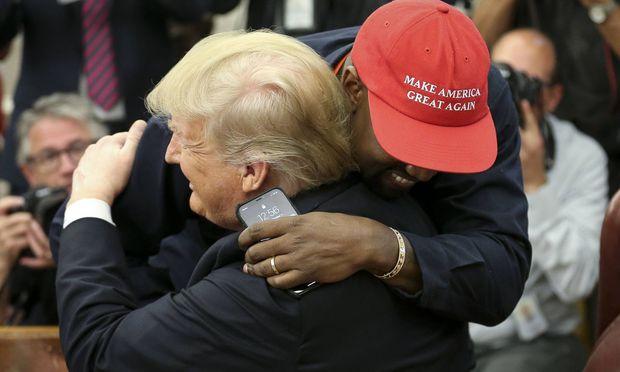 Kanye West umarmte den US-Präsidenten innig.