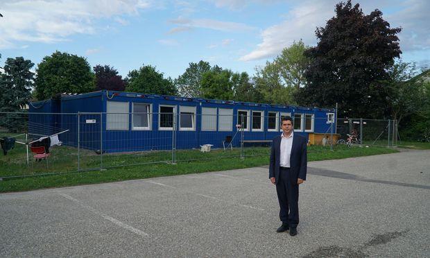 Bürgermeister Peter Eisenschenk vor einem der fünf Flüchtlingsquartiere in Tulln.