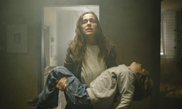 Verena Altenberger spielt überzeugend eine Frau, die zwischen Depression, Sucht und Mutterliebe für ihren Buben (Jeremy Miliker) aufgerieben wird.