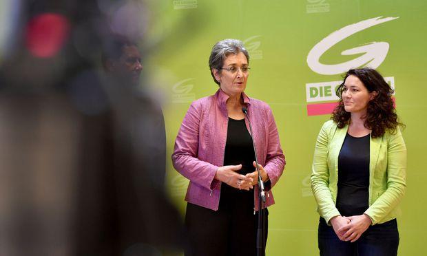 Die Glawischnig-Nachfolge bei den Grünen ist geregelt: Ulrike Lunacek (l.) wird Spitzenkandidatin bei der Nationalratswahl am 15. Oktober, Ingrid Felipe neue Bundessprecherin.