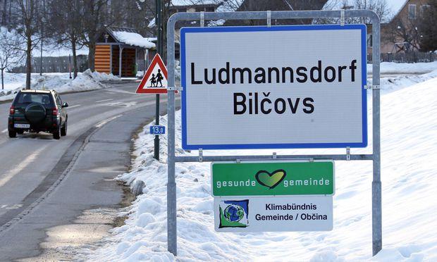 Symbolbild: Die zweisprachige Ortstafel von Ludmannsdorf mit deutscher und slowenischer Ortsbezeichnung.