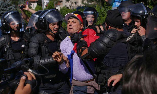 In Bukarest setzt sich die Polizei brutal gegen Demonstranten durch.