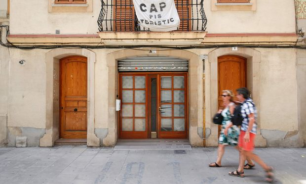 """In Barcelonas altem Hafenviertel Barceloneta rebellieren die Bewohner gegen die Ferienapartments, die ihnen den Wohnraum stehlen. """"Keine Touristenwohnungen"""" steht auf der Fahne. / Bild: (c) APA/AFP/PAU BARRENA"""