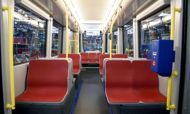 Breite Familiensitze (links) und im Eingangsbereich mehr Platz – so präsentiert sich der Flexity von innen.