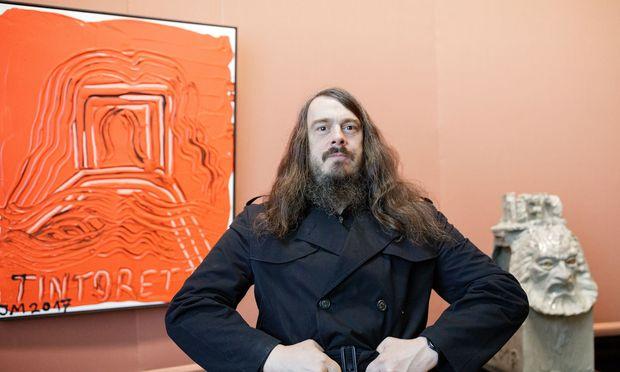 Der deutsche Künstler Jonathan Meese neben Tintoretto-Hommage und programmatischem Januskopf.