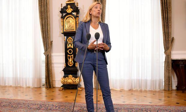 Bogner-Strauß steht wegen der Kürzungen unter Kritik.