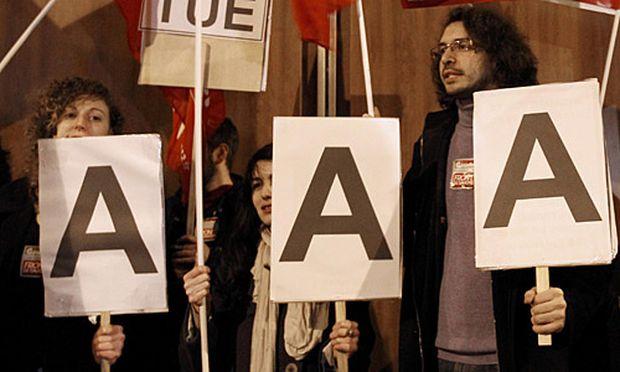 Demonstration vor dem Büro von Standard and Poors in Paris am Abend nach Bekanntwerden der Herabstufung.