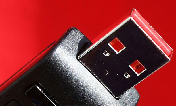 Symbolbild. Ein USB-Stick brachte den Polizisten vor Gericht.
