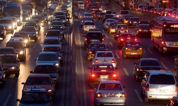 Kontrolliert und geregelt? Bis 2020 werden 90 Prozent aller Neuwagen Internetzugang haben. Wer sich darüber Zugang zu einem Auto verschafft, kontrolliert es auch.