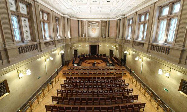 Umgebaut: der Schwurgerichtssaal des Straflandesgerichts Wien. Die Tischreihen (Bildmitte) gehören den Angeklagten und den Anwälten.