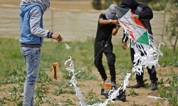Mit Lenkdrachen griffen protestierende Palästinenser Israels Sicherheitskräfte an.