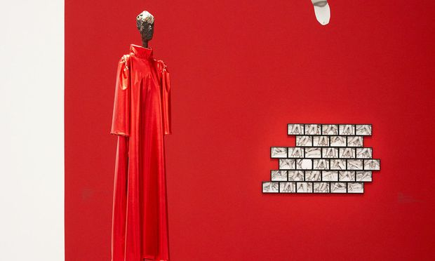 """Giacomettis """"Stehende"""" im Kleid von """"House of the very Island's"""", inszeniert von Jakob Lena Knebl."""