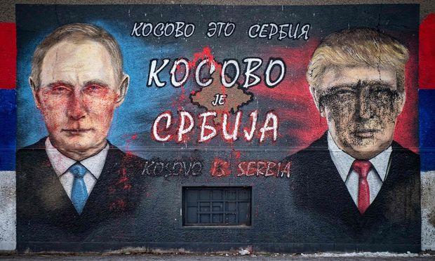 """""""Kosovo ist Serbien"""" steht auf diesem verunstalteten Bild in Belgrad: Putin und Trump sind hier sichtlich wichtiger als die EU."""